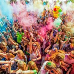 Фестиваль красок холи на Кремлёвской набережной 2021