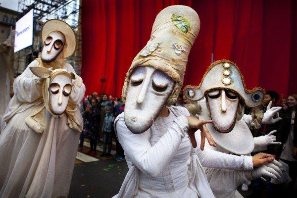 Уличный театр маски «Странствующие куклы господина Пэжо» впарках Казани 2020
